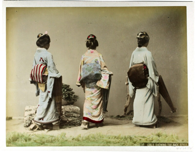 Kusakabe Kimbei - Girls shhowing the back style